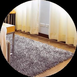 Deixe seu tapete limpo. Porque a lavagem Deixe seu tapete limpo. Porque a lavagem conserva e higieniza seu tapete. A limpeza e higienização conservar e manter os tapetes limpos e higienizados, conservando suas características originais. Portanto, a lavagem habitual aumenta a durabilidade do tapete. Além disso, oferecem conforto e agregam beleza ao ambiente. Então, a lavagem regular mantém os tapetes limpos e higienizados. Embora, sejam confeccionados com uma grande variedade de tipos e modelos, cada tipo de tapete tem um processo de lavagem. Portanto, a técnica a ser aplicada, irá depender da característica do tapete. Embora, a limpeza domiciliar seja fundamental para manter o tapete limpo. Entretanto, a lavagem profunda deve ser realizada a cada 6 meses com uma empresa especializada. Ademais, somente uma lavagem profunda remove manchas de sujidade sem danificar a fibra do tapete de forma eficaz, principalmente na eliminação de odores de xixi de cachorro e xixi de gato, que dificilmente são eliminados em uma lavagem domiciliar. Porque lavagem Profissional é Eficaz ? Inegavelmente o Serviço Profissional é diferenciado, devolvendo o brilho, maciez e a revitalização das cores do tapete, deixando o tapete verdadeiramente limpo. Além disso, uma empresa especializada usa equipamentos e produtos adequados. Portanto, a higienização profissional, removendo os resíduos de sujidade de forma segura e eficaz. Enquanto a lavagem domiciliar tem os seus riscos. Porque é importante lavar os tapetes? Porque removendo a sujeira, remove microrganismos que fazem mal a saúde. Portanto, previna-se! • Preservação das características originais • Melhoria na aparência do tapete • Eliminação de mau cheiro do tapete • Tratamento de manchas de tapete A DryClean Carpete lava e higieniza todos os tipos de tapetes. Entre em contato e conheça nossos demais serviços, como o Antiderrapante e Restauração de tapetes. Solicite um orçamento sem compromisso. Limpeza e Higienização de Tapete